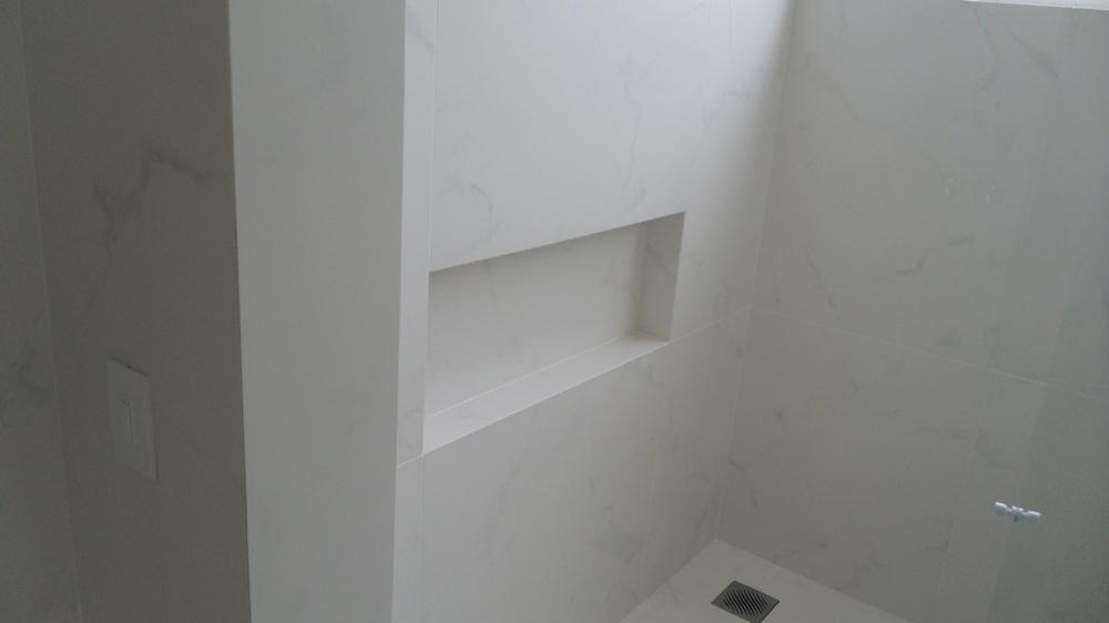 Banheiro com meia esquadria, Portobello Carrara Bianco 60 x 120 pol  Produto -> Nicho Banheiro Portobello